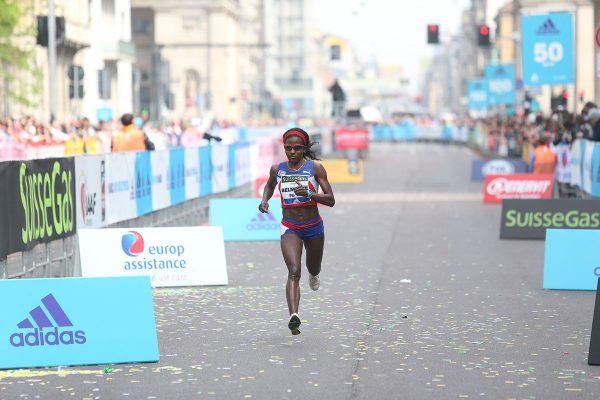 Le prime tre donne all'arrivo della Suisse Gas Milano Marathon. Milano, 03 aprile 2016.  ANSA/STEFANO PORTA