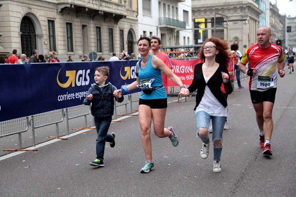 Atleti in corsa e spettatori lungo il tragitto della Suisse Gas Milano Marathon. Milano, 03 aprile 2016.  ANSA/MOURAD BALTI TOUATI