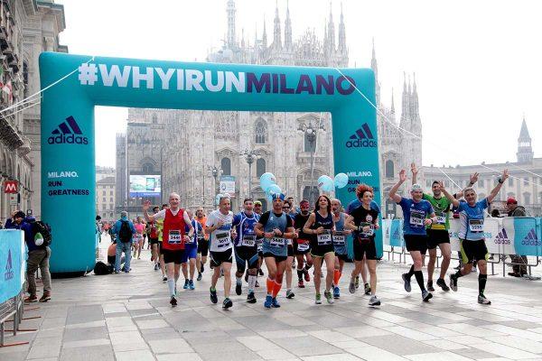 Cartellonista e gonfiabili pubblicitari lungo il tragitto della Suisse Gas Milano Marathon. Milano, 03 aprile 2016.  ANSA/MOURAD BALTI TOUATI