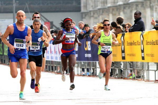 Alcuni atleti impegnati questa mattina alla 16¡ edizione della SuisseGas Milano Marathon, 3 aprile 2016.ANSA / MATTEO BAZZI
