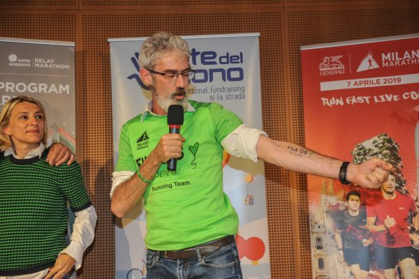 Premio Fabrizio Cosi con a sx Claudia Pasolini per Filk08 a sostegno di VIDAS